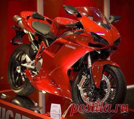 Самый мощный мотоцикл с двумя цилиндрами — Ducati 1098S. Объем силового агрегата указан в названии, а мощность мотоцикла 160 л.с. Байк разгоняется до скорости 271 км/час. В его конструкцию внесены некоторые технические решения, использованные на трековых машинах мирового чемпионата по мотогонкам.