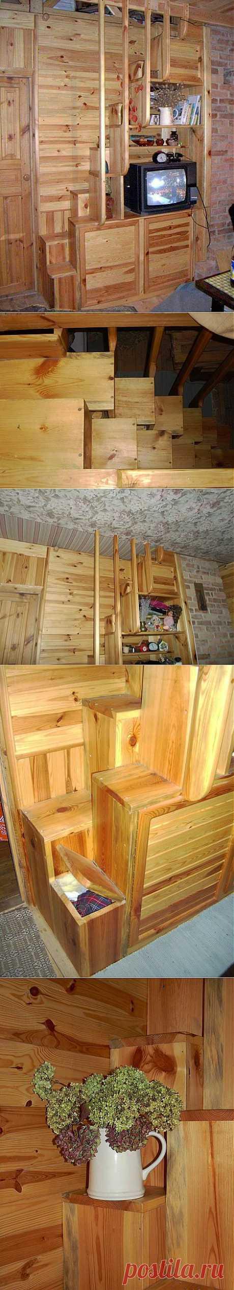 Лестница?.. Стеллаж?.. Два в одном! Расскажу вам, как мы решили проблему с расположением лестницы в небольшом помещении. Такие лестницы называются лестницами с переменным шагом, где под правую и левую ноги располагаются свои ступени. По-английски такие лестницы называются  spase saver staircase — сохраняющая пространство лестница. А в быту такие лестницы называются очень весело, выбирайте понравившийся вариант: утиный или гусиный шаг, лестница монаха или чертова, мотыльковая.