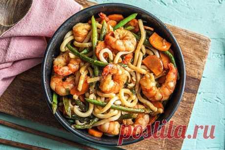 Удон с креветками и овощами. Приготовь на ужин аппетитное блюдо в азиатском стиле! Удон с креветками и овощами - блюдо с восточным колоритом, популярное в странах Азии. Готовить его не сложно, главное - приготовить заранее все нужные компоненты блюда. Кушанье получается с насыщенным вкусом морепродуктов, а разнообразные добавки делают вкус готового блюда еще более ярким и колоритным.