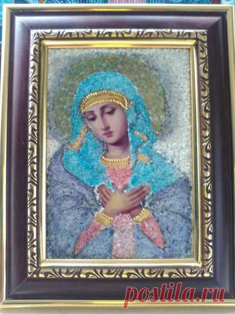MADONA Imagen decorada con fragmentos de piedra y cristales debidamente pigmentados.