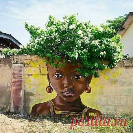 Природный летний стрит-арт с использованием деревьев