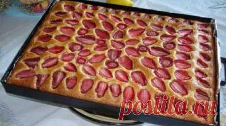Чудесный домашний пирог с клубникой. Очень вкусный и быстрый десерт! Этот рецепт не заслуживает приписки «на скорую руку», ведь такой клубничный пирог печется еще быстрее! Очень хороший способ использовать недоеденные ягоды!