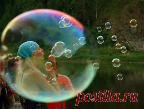 Как сделать мыльные пузыри дома Как сделать мыльные пузыри без глицеринаК сожалению, не у каждого есть дома бутылочка с глицерином. И, как назло, этот компонент очень часто включают в состав рецептов мыльных пузырей. Но есть и други...