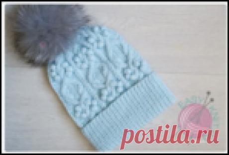 Красивая мятная шапочка с шишечками и аранами спицами