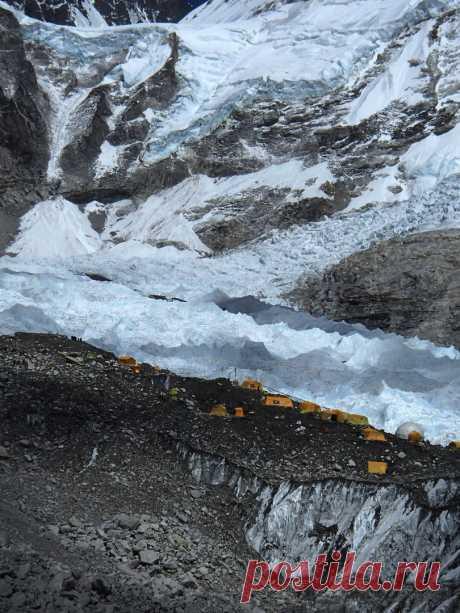Непал. весна 2017. Базовый лагерь Эвереста. с Южного Цирка стекает ледопад Кхумбу, поворачивает более чем на 90 градусов и ползет дальше почти горизонтально...