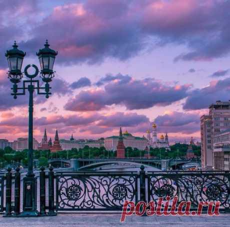 Красочный вид на город с Патриаршего моста