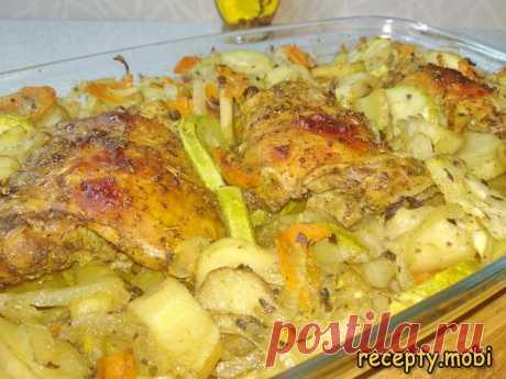 Курица с картошкой и кабачками в духовке  ✅Ингредиенты куриное бедро – 3 шт; картофель – 5-8 шт; кабачок (средний) – 1 шт; морковь (средняя) – 1 шт; лук репчатый (крупный) – 1 шт.  ✅Для маринада: карри – 1 ч. л; сушеный чеснок – 1 ч. л; сушеный базилик – 1 ч. л; кориандр (зёрна) – 1 ч. л; соевый соус – 30 мл. (по желанию);