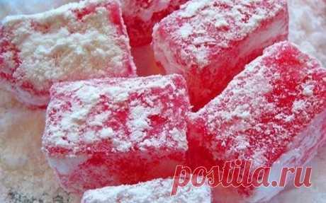 Рахат-лукум - турецкая кухня  Ингредиенты: -вода — 2.5 стакана -сахар — 2 стакана -ванильный сахар — 1 ч. л. -крахмал — 2.5 стакана -растительное масло -сахарная пудра -рубленый миндаль или лесные орехи — по вкусу. Способ приготовления: Взять 2 стакана сахара, смешать ½ стакана воды. Сварить густой сироп, снять пену. 2,5 стакана крахмала разбавить 2 стаканами воды и влить тоненькой струйкой в готовый сироп. После того как масса приобретет прозрачный цвет, вливаем ее в форму, предварительно сма