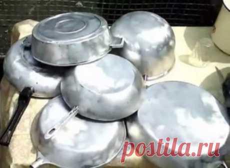 ЧИСТИМ СКОВОРОДКИ ДО БЛЕСКА! Ингредиенты: - 1/2 чашки соды - 1 чайная ложка жидкости для мытья посуды - 2 столовые ложки перекиси водорода Смешиваем до тех пор, пока не станет похоже