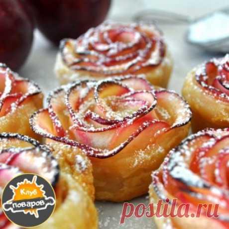 Десерт «Английская роза»  Потрясающий и очень простой в приготовлении элегантный десерт. Никто не поверит, что на его исполнение вы потратили всего 30 минут и минимум усилий. Ингредиенты: Бездрожжевое слоеное тесто — 250 г Яблоки красные крупные — 2 шт. Сахарная пудра — 1 ст. л. Сахар — 100 г Приготовление: 1. Яблоки разделить на 4 части, удалить сердцевину, нарезать очень тонкими дольками по 2 мм. 2. Запарить дольки в горячем сахарном сиропе до мягкости (3-5 минут). Достать и остудит