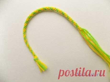 Как сплести красивый шнур из ниток с помощью простого приспособления и сделать браслет