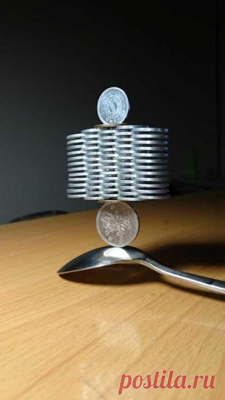 Японец бросает вызов гравитации искусной укладкой монет