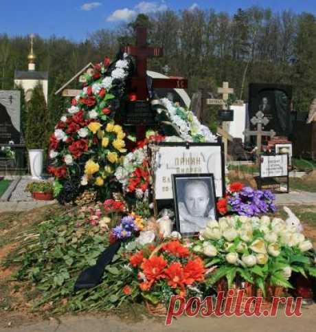 На могиле Андрея Панина стали происходить необъяснимые явления — News