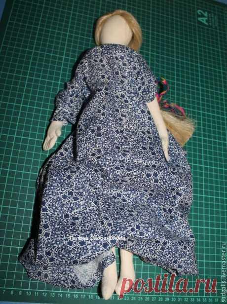 Текстильная кукла своими руками От автора:В своем мастер-классе я расскажу вам, как сшить текстильную куклу. Для работы нам понадобится: картон, ножницы, белая хлопковая или льняная ткань, нитки, игла, две пуговки, синтепон. Из карт...