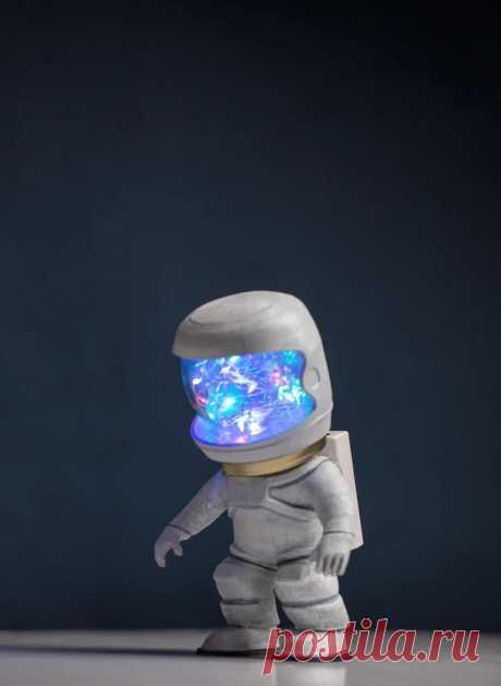 Светильник в виде фигурки космонавта Этот светильник специально был сделан для конкурса. Условием было использование в конструкции банки Мейсона*. Банку мастер использовал в качестве головы и стекла шлема космонавта. В банку помещается светодиодная гирлянда, которая реагирует на звук.*Банка Мейсона - это стеклянная банка с мерными
