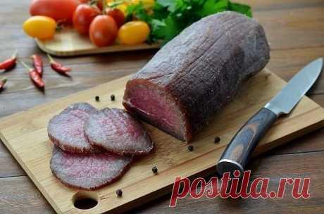 Залей мясо водочкой, а еще лучше — коньяком, и посмотри, что произойдет через 3 дня. Вкусное мяско, которое не требует особых затрат и кулинарных умений, — это находка для каждой хозяюшки. Нам стало так привычно жарить, запекать и варить продукты, что мы совсем позабыли о традиционном способе приготовления мяса — вялении.   Что может быть лучше, чем прошутто, салями или бастурма? Только вяленая говядина собственного приготовления, которая в разы полезнее и вкуснее, чем маг...