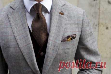 Для чего на лацкане пиджака прорезь и сколько пуговиц нужно застегивать на самом деле Пиджак – очень своеобразный предмет гардероба, который должен быть в шкафу каждого мужчины, даже если его профессиональная деятельность далека от работы в офисе. Так уж повелось в приличном обществе, ...