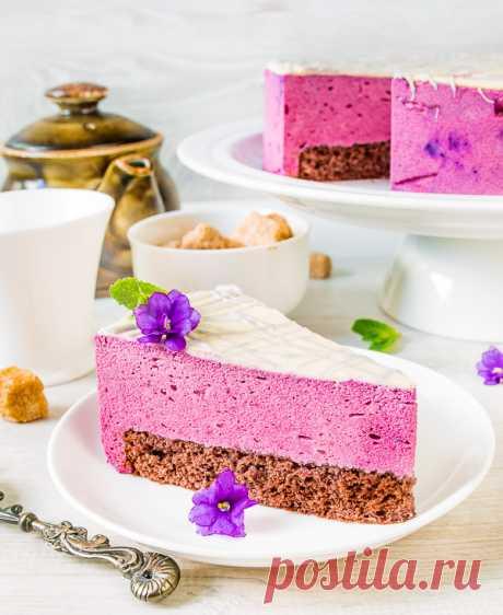 """Торт """"Птичье молоко"""" со смородиной: шоколадный бисквит, и суфле, и смородинка!"""
