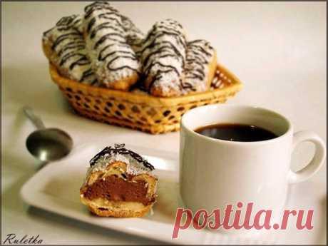 Эклеры с шоколадно - кофейным кремом и бананами.