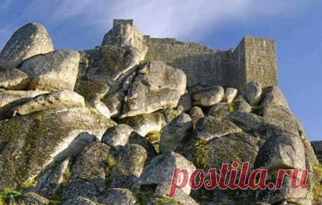 Монсанто - город на скалах Монсанто расположен к юго-востоку от Серра-да-Эштрела, самого высокого горного хребта в Португалии, в центральной части страны и у подножия Кастильских гор. Среди местных холмов, между большими валунами и был создан еще до нашей эры один из прекраснейших город страны.