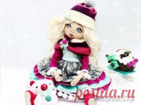 «Девочка-Зима»: создаём прелестную новогоднюю куколку Сложность: выше средней Время работы: 10 дней Материалы: хлопковая ткань, наполнитель для игрушек, диски и шплинты для тедди, кудри ангорской козы, проволока флористическая, резинка, хлопковое кружево...