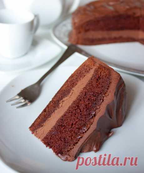 Шоколадный торт на Вкусном Блоге Раз уж у нас с блогом сегодня праздник – держите шоколадный торт. Вкусный, нежный и шоколадный-прешоколадный 🙂 Корж у этого торта сам по себе влажный и самодостаточный, но я его дополнительно пропитываю ликером, поскольку мои любят торты повышенной влажности. Я пробовала пропитывать амаретто и бейлисом, но подойдут и другие ликеры…