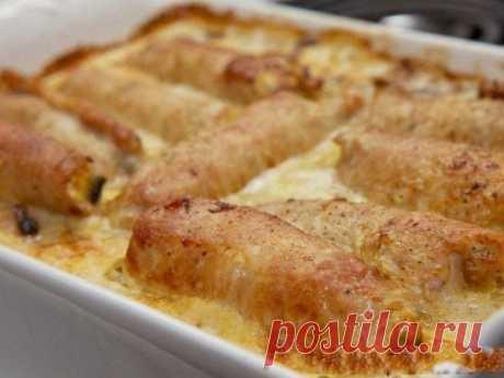 Рулетики мясные к праздничному столу  Ингредиенты:  -Свиное филе - 700 г -Грибы - 500 г -Лук репчатый - 2 шт -Яйцо куриное - 2 шт -Сыр твердый - 150 г -Сливки - 1 стакан -Соль - по вкусу -Перец черный молотый - по вкусу -Масло подсолнечное - 40 г  Приготовление:  Начнем с приготовления начинки из грибов и лука. Для этого на умеренном огне разогрейте сковороду с 2-3 ст. л. подсолнечного масла. Очистите лук и порежьте его на 1/4 круга, поджаривайте до приобретения золотистог...