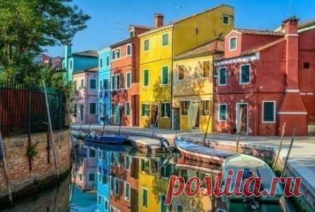 Дома на улице острова Цветной Бурано, Венеция, Италия.