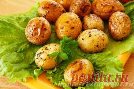 Молодой картофель в кожуре, запеченный в духовке с чесноком и базиликом: ароматный и аппетитный – просто пальчики оближешь!