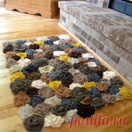 Мягкий коврик из розочек из остатков пряжи для уютного дома
