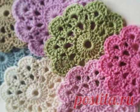 Веселенький цветочный мотив  Симпатичный на вид цветочный мотив, к тому же очень простой для вязания крючком.