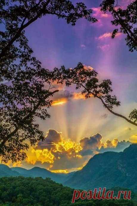 Закат. Божественные, красивые цвета!! Это потрясающеКак красиво золотые лучи солнца замечательные 👏