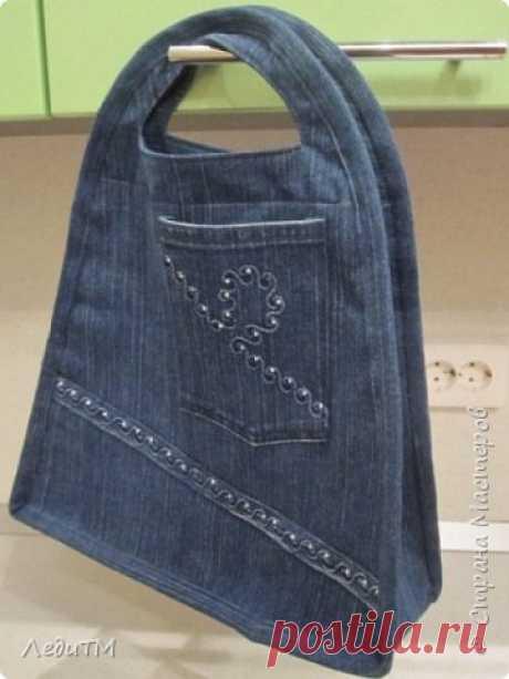 Джинсовая сумка    1.Вот такую сумочку я сшила своей маме... А начиналось всё с того, что собрала старые джинсы и хотела нарезать из лоскуты, чтобы сшить лоскутное покрывало. Но разложив джинсы со стразами возникла д…