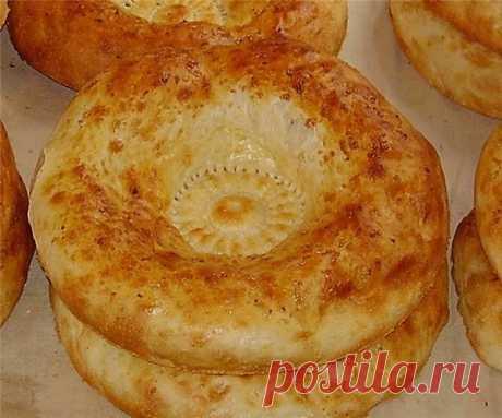 """Лепешка """"Хьокхум""""   Мы дома обычно готовим хьокхум вместо хлеба. Хотя для нас это давно уже тот же хлеб)) Готовится очень легко. Часто по утрам спасает, если дома закончился хлеб, а магазины еще закрыты. Особенно люблю его горячим со сливочным маслом или со сметаной с творогом.  Ингредиенты  Кефир (Обязательно теплый) — 500 мл  Соль — 1 ч. л.  Сахар — 1 ч. л.  Сода (Не гасить) — 1 ч. л.  Мука пшеничная — 600 г  Приготовление  Так как рецепт очень прост, пошаговое описание,..."""