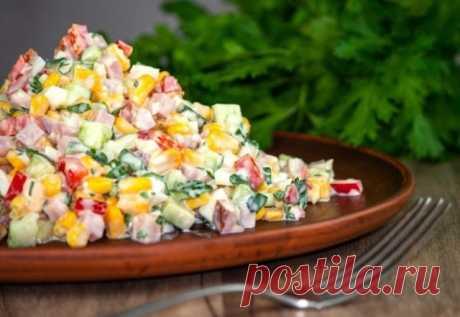 """Яркий салат """"Разноцветный"""" — приятное дополнение к праздничному меню. ПОНАДОБИТСЯ: 1 баночка консервированной кукурузы 1 красный болгарский перец 2-3 свежих огурца 3 варёных яйца 200 г ветчины (варёной колбасы) зелень, майонез по вкусу. ПРИГОТОВЛЕНИЕ: 1. Яйца очистить, мелко нарезать. Сладкий перец, огурцы, колбасу нарезать кубиками. Из кукурузы слить жидкость. 2. Яйц"""