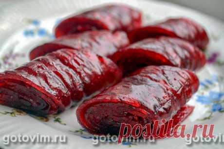 Пастила из красной смородины в электрической сушилке. Рецепт с фото Смородиновая пастила – вкусное и полезное лакомство, которое в русской кухне известно еще в 16 века. Традиционно пастилу готовят из яблок кисловатых сортов, но она прекрасно получается и из ягод - смородины, брусники, малины. Второй ингредиент, который изначально добавляли во время приготовления пастилы - это мед, который сейчас заменен на сахар. Пастилу сушили в русских печах, где постепенное остывание по...