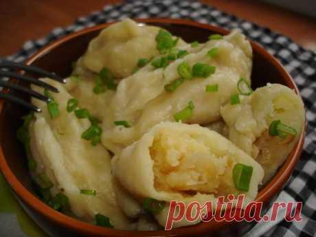 Постные вареники с картошкой и зеленью на тесте без яиц Как приготовить постные вареники с картошкой и зеленью. Как сделать тесто без яиц на картофельной воде. Рецепт сытного обеда в постные дни.