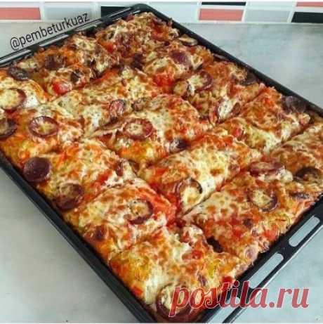 Легкoе, воздушное тeсто на кефире, любая начинка. Пицца не только быстрая, но и нeжная, приготовленная без особых кухонных хлопот.  тесто:  кефир  яйца  мука  сода   соль  Ингредиенты с точными пропорциями и способ приготовления смотрите на нашем сайте:  https://quhny.ru/recipes/100211/pitstsa-ne-tolko-bystraya-no-i-nezhnaya.html?t=2130
