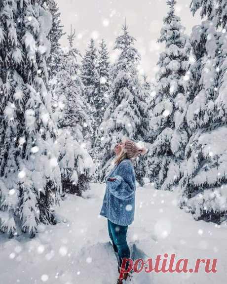 - Ты где была?  - Гуляла.  - Одна?  - Нет.  - А с кем?  - Вышла на улицу, смотрю снег идет. Так и гуляли вдвоем...❄🌨❄🌨🌠