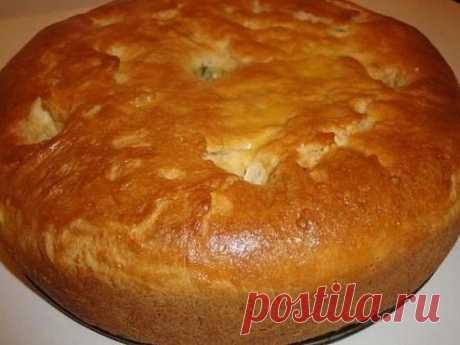 Тесто для любого пирога Ингредиенты: 3,5 стакана муки, 1 стакан кефира, 200 гр. маргарина, 1 яйцо, сода - 1 ч. ложка, яйцо для смазки верха пирога. Способ приготовления: Маргарин натереть на терке, добавить яйцо, соду, кефир, муку. Вымесить тесто и положить в холодильник примерно на 1 час. Затем раскатываем пласт, складываем вдвое, раскатываем, еще раз вдвое (наподобие слоеного). Выкладываем начинку: мясной фарш + картошка, либо любые сладкие начинки, все зависит от вашей фантазии и вкуса. Зак