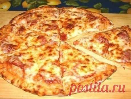 Рецепт обалденный!Просто супер!Попробуй!Пицца очень быстрая  Иногда нет времени на дрожжевое тесто, а пиццы хочется прямо срочно. Меня в таком случае спасает : 0,5 л. кефира, 2 яйца,  2 столовые ложки растительного масла, 0,5 чайной ложки соды, 0, 5 чайной ложки соли и муки сколько возьмет тесто (чтобы не липло к рукам). Раскатываем сверху начинку (что есть в холодильнике) и в духовку. Попробуйте получается даже лучше чем с дрожжевым!
