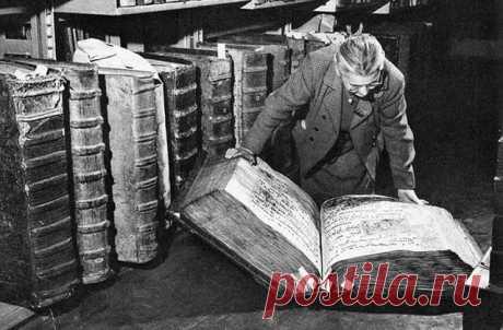 Этот ретроснимок был сделан в 1950 году в библиотеке Пражского замка. Вы только посмотрите, какие огромные книги там можно было найти! Но все же это не самый огромный фолиант на земле. На данный момент им является «Самая большая книга для малышей», которую выпустило российское издательство «Ин» в 2004 году. Она весит «недетские» 492 кг и имеет размеры 6 на 3 м. Читать ее явно нужно всей семьей с применением грубой физической силы.