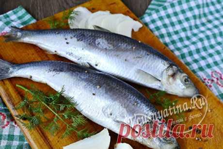 Как засолить сельдь целиком в домашних условиях вкусно и быстро Если вы не доверяете качеству соленой рыбы, которая продается в магазине, то можете засолить сельдь целиком самостоятельно, тем более это так просто и быстро. В домашних условиях селедка получается очень вкусной.