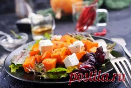 Салат из жареной тыквы с фетой и чесноком Простой и вкусный салат из жареной тыквы с сыром фета дополнит различные мясные или рыбные блюда. ИНГРЕДИЕНТЫ 400 г тыквы 100 г сыра фета 100 г микса салатов ½ ч. л. сухих прованских трав соль и перец по вкусу 1 зубок чеснока оливковое масло Для рецепта этого салата мы использовали сыр...