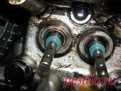 """Замена сальников клапанов ВАЗ-2110 (8 клапанов) своими руками: особенности проведения работ Если двигатель начал """"есть"""" масло, то это вовсе не означает, что пришло время проводить капитальный ремонт. Вполне возможно, что требуется замена сальников клапанов ВАЗ-2110. 8 клапанов в системе газораспределения, на них находятся специальные маслоотражатели. Они не позволяют смазке попасть в камеры сгорания по ножкам клапанов. И при разрушении сальников масло начинает просачиватьс..."""
