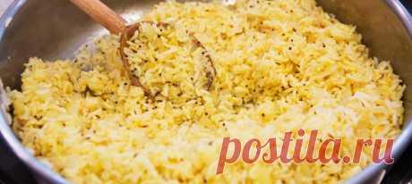 Рис по-индийски со специями. Рецепт Промыть и замочить рис: поместить рис в сито и промыть его прохладной водой, пока вода не станет чистой. Замочить рис в прохладной воде на 30 минут. Слить.