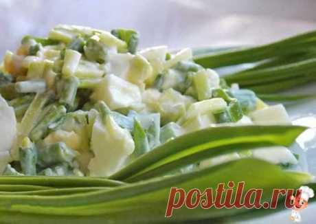 Салат с черемшой и яйцами | Готовим рецепты