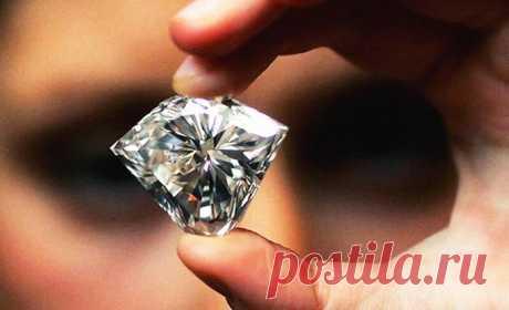 Один купец приобрел в Африке большой алмаз, величиной с голубиное яйцо. У него был один недостаток – внутри была небольшая трещина. Купец обратился за советом к ювелиру и тот сказал: – Этот камень можно расколоть на две части, из которых получатся два великолепных бриллианта, каждый из которых будет во много раз дороже алмаза. Но неосторожный удар может разбить это чудо природы на горсть мельчайших камушков, которые будут стоить копейки. Я не берусь так рисковать. Так же отзывались и другие.…