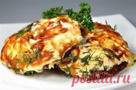 Мясо по-французски с картофелем, помидорами и грибами