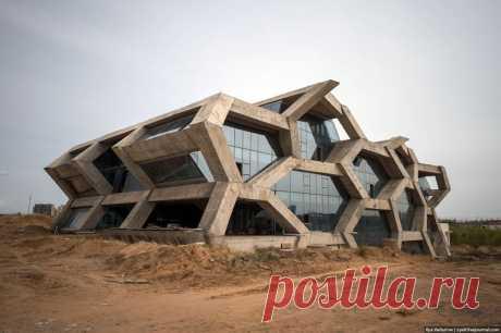 11 фото заброшенного китайского города Ордос, в котором никогда не жили Здесь построили элитные виллы и стадион, но ими не пользуются.
